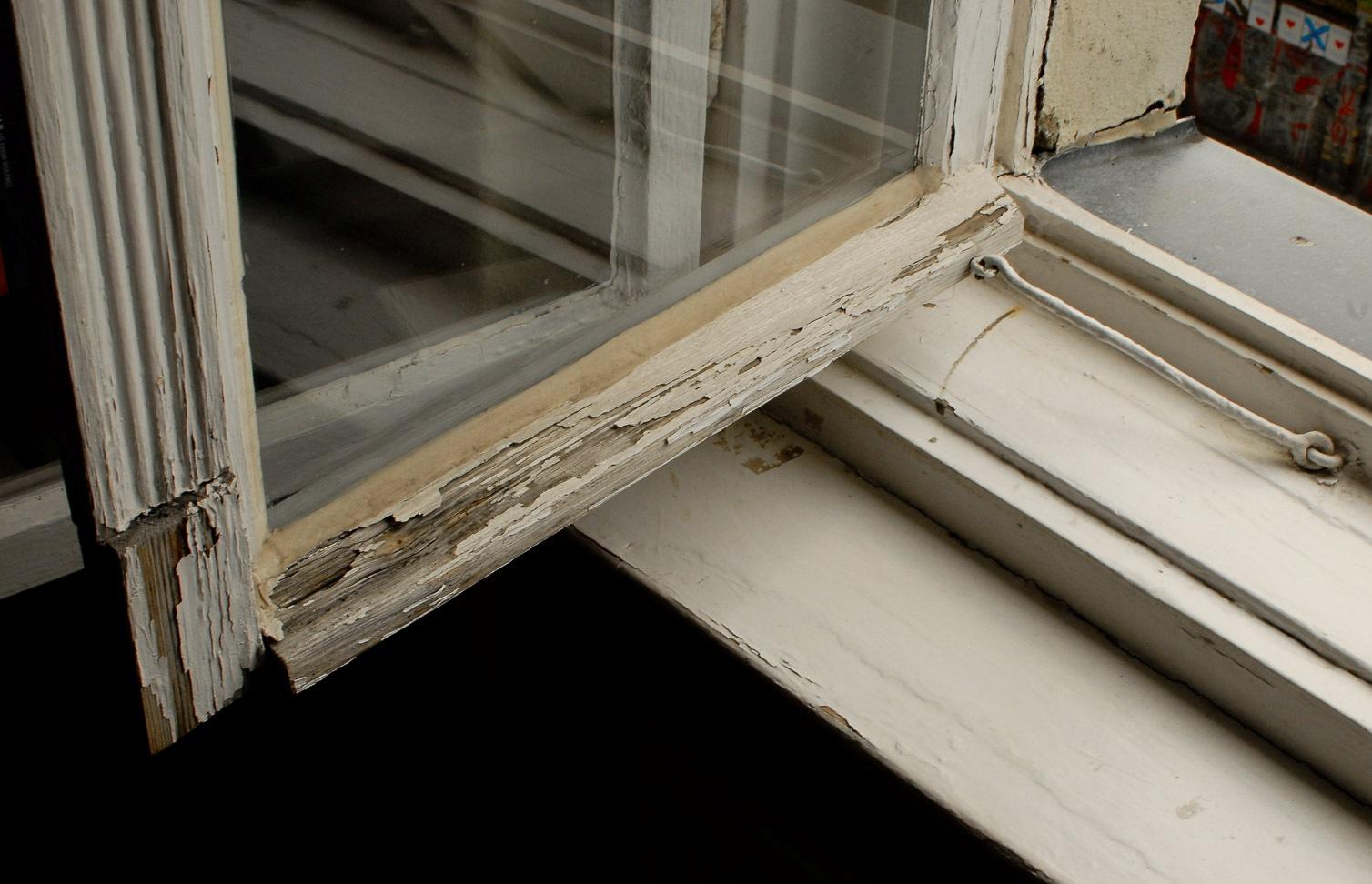 Fortgeschrittene Fäulnis an einem alten Holzfenster